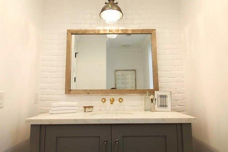 gương gỗ nhà tắm