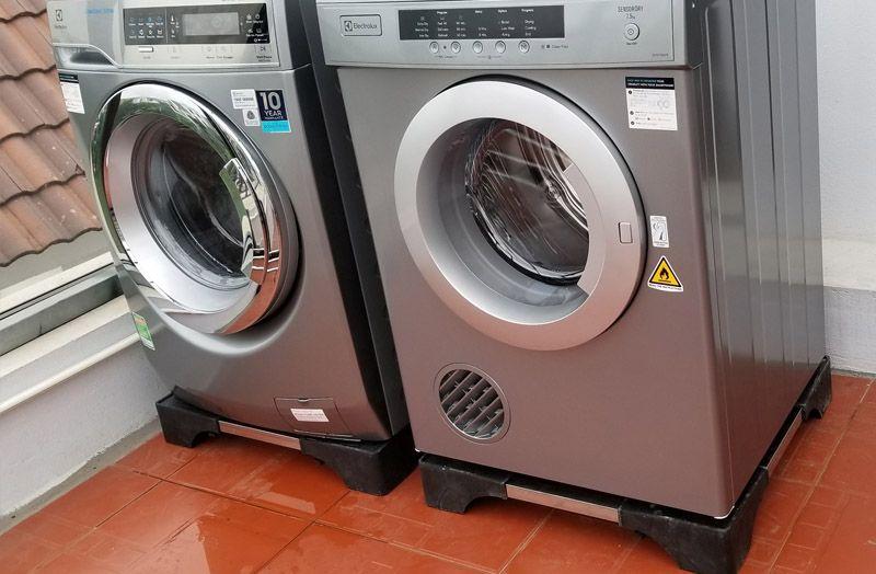 có nên mua chân đế máy giặt