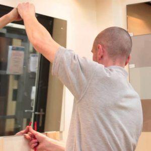 cách treo gương trên tường